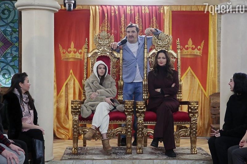 У королевских тронов автор проекта с ведущими